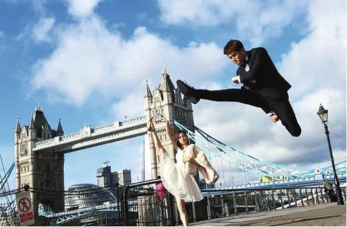 伍允龍的腳法加上朱晨麗的芭蕾舞一字馬,令倫敦塔橋別有一番風味。