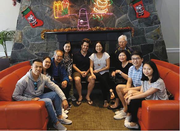 陳榮峻和一對龍鳳胎子女,與吳香倫兄嫂在新西蘭預祝聖誕。