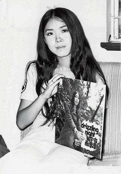 關菊英十四歲開始登台唱歌,圖中她手持自己的國語唱片《今夜雨濛濛》。