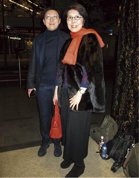 關菊英十年前已大方承認有個伴侶周偉利,坊間通常稱周偉利為公仔麵創辦人周文軒的姪女。