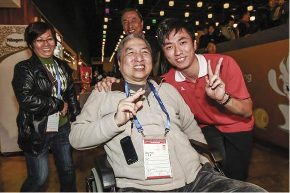 胡兆康在爸爸的影響下接觸保齡球,父子感情深厚,胡爸爸患癌後依然到場支持愛兒比賽。