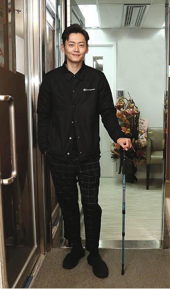 張振朗經好友周志文介紹到旺角進行物理治療,他表示目前腰仍不能彎,亦不能走太遠。