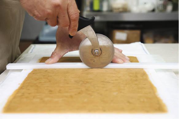 將材料攪拌後平鋪,再切成小方塊,之後要經過三次冷藏,令曲奇口感更佳。