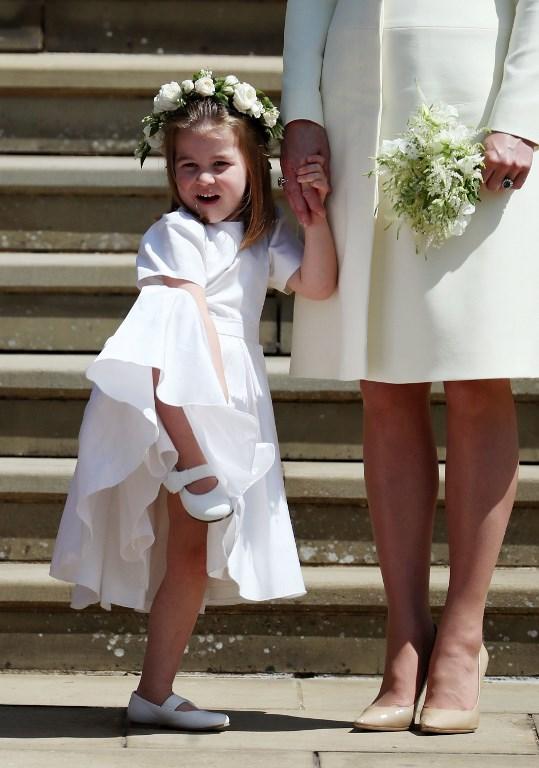擔任花女的三歲夏洛蒂小公主動作多多活潑可愛,在婚禮上搶盡風頭。(圖片來源:法新社 AFP PHOTO / POOL / Jane Barlow)