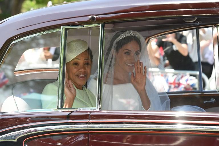 馬克爾媽媽Doria Ragland與親家英女皇一樣選穿蘋果綠色系的衣裙(圖片來源:法新社 AFP PHOTO / Oli SCARFF)