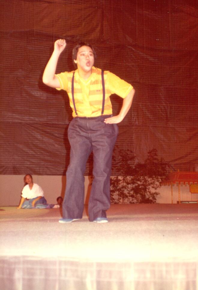 讀港大時期,讀舞台製作,也間中登場演話劇。