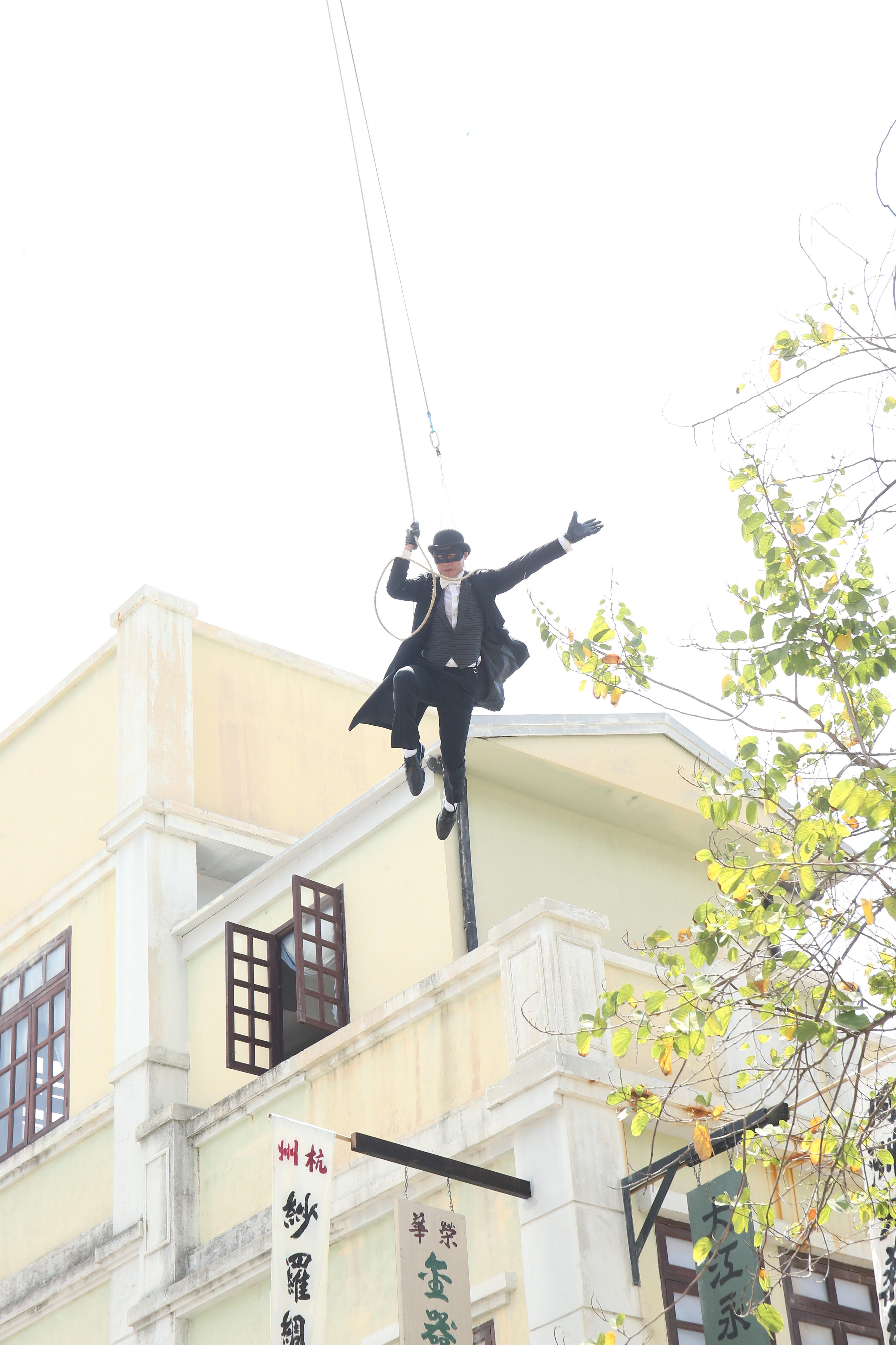 黃智賢吊威也在空中飛來飛去,有當有型。