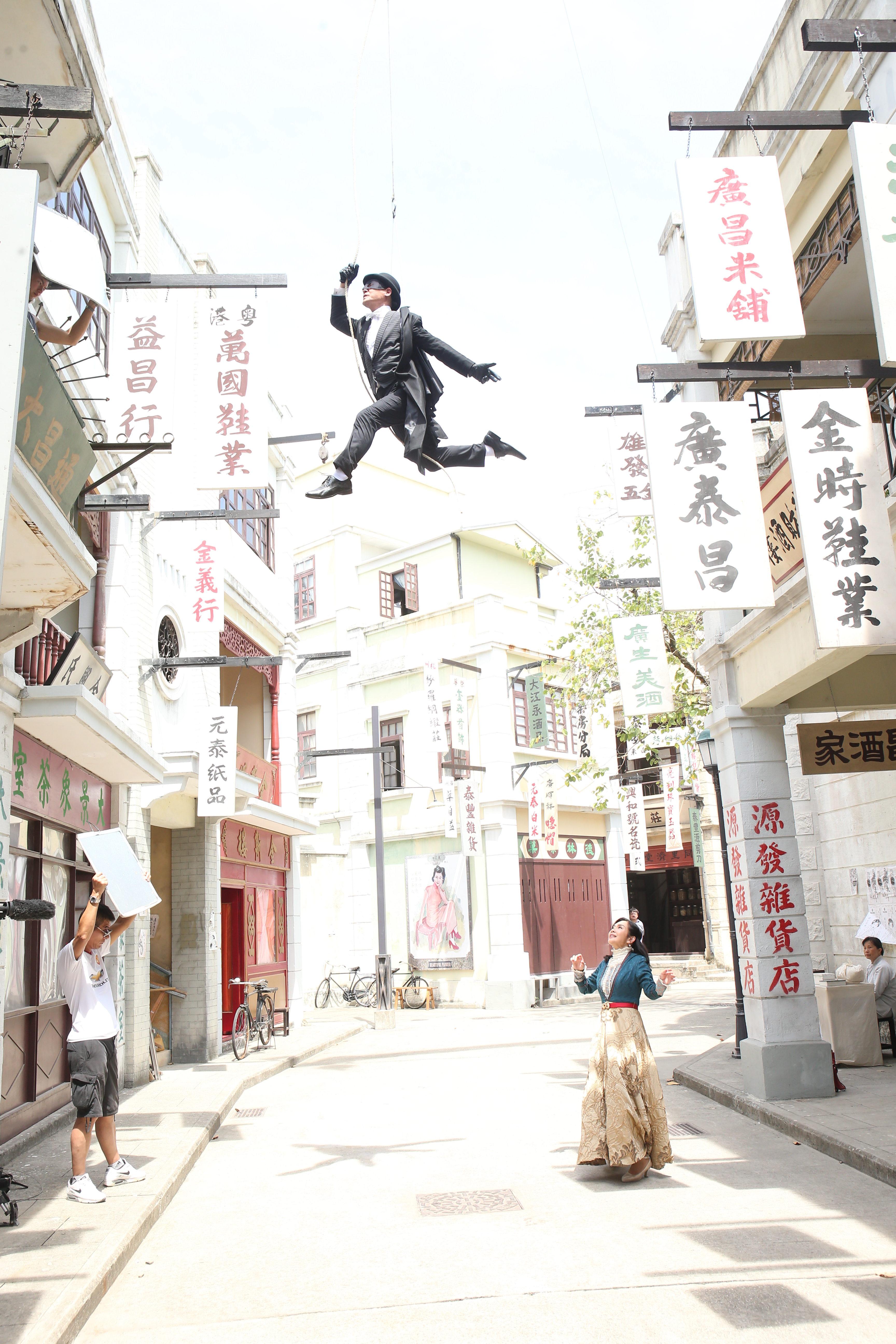 劇中飾演蒙面黑俠的黃智賢瞬間由地面升上天,令陳松伶嘆為觀止。