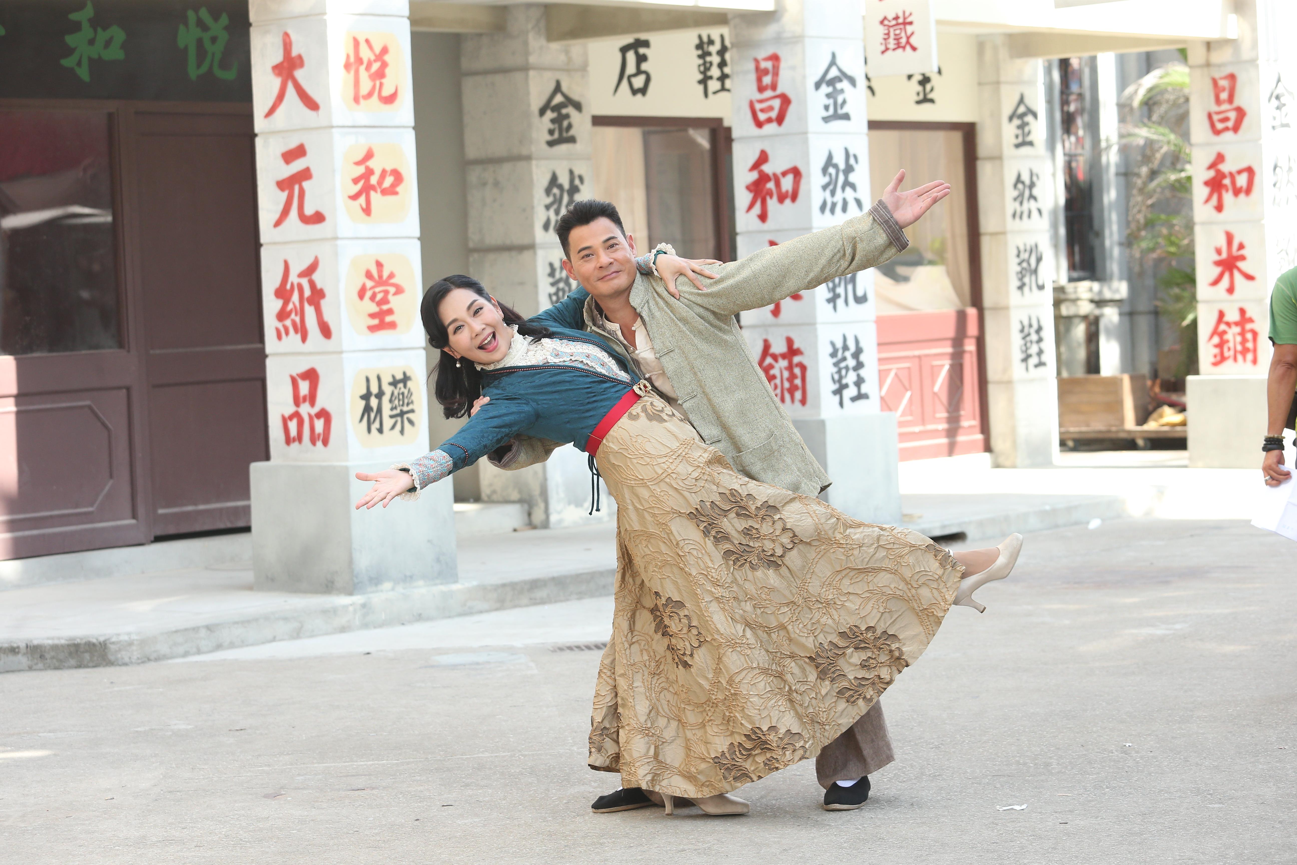 黃智賢與陳松伶未埋位時,經常邊唱兒歌邊跳舞,十分搞鬼。