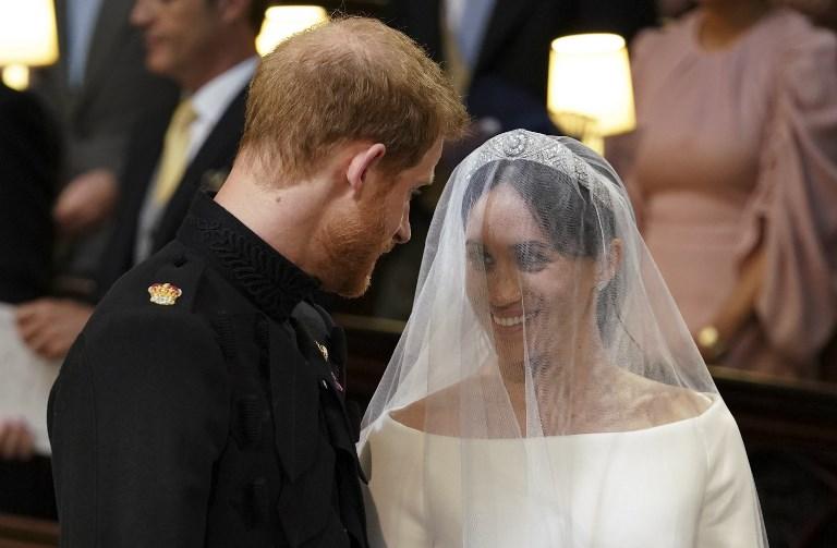 馬克爾則全程展露甜笑,婚禮期間二人更不時深情對望。