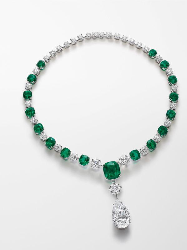 鉑金頸鏈鑲嵌17枚共52卡的罕見無油枕形切割祖母綠、1枚D色重20.5卡的無瑕梨形鑽石、2枚D色共8.3卡的無瑕圓形鑽石,以及共29.6卡圓形鑽石。