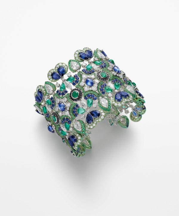18K白金及鈦金手鐲,鑲嵌梨形藍寶石共28.75卡、蛋面切割藍寶石共8.43卡、藍寶石共8.91卡、蛋面切割祖母綠共14.39卡、祖母綠共6.52卡、梨形鑽石共12.65卡、欖尖形切割鑽石共7.26卡、花式切割鑽石共17.6卡,並飾以黑色鑽石。