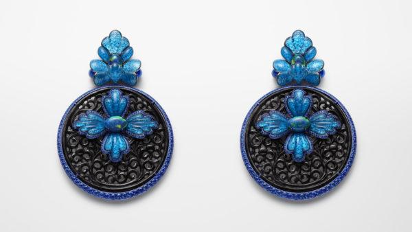 18K白金及鈦金耳環,鑲嵌兩顆共70.25卡的灰色翡翠、共5.89卡黑色歐泊、青金石圓珠及藍寶石。