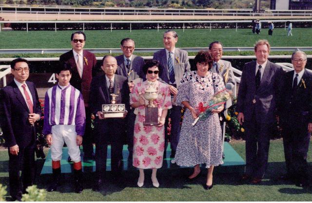 葉楚航當年策騎林紅飛馬房的「美國蘭花」 勝出頭馬捧盃