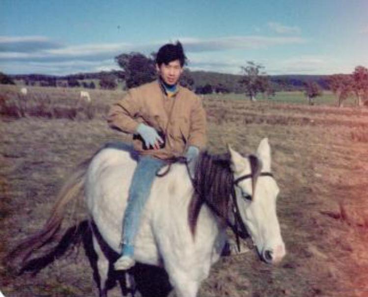 在澳洲大草原上,葉楚航不用馬鞍,自由自在的享受秉策騎樂趣。