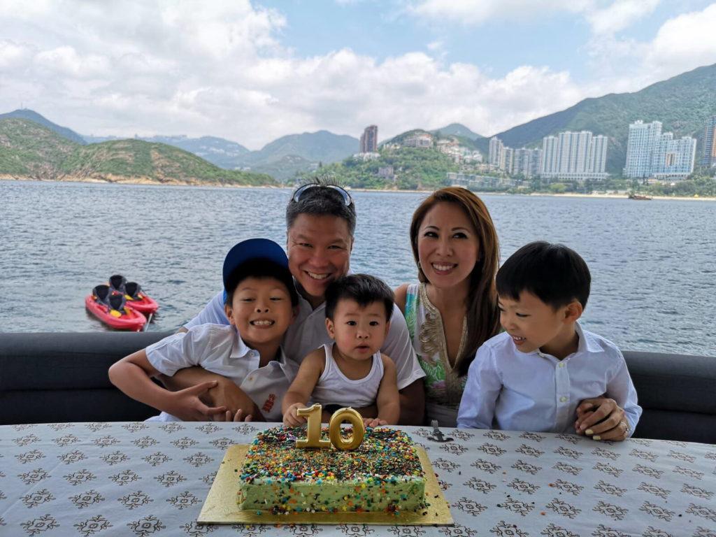 李樂詩與丈夫Ted慶祝錫婚,三位兒子更合力焗蛋糕,一家五口樂也融融。
