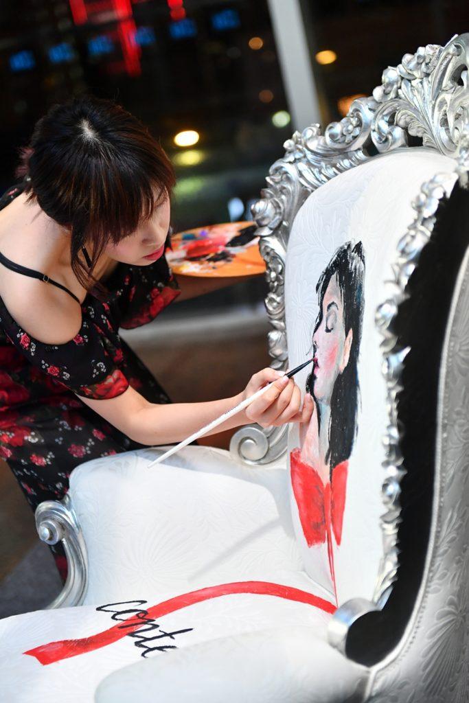 郭詠嘉與意大利家具品牌合作,在開幕活動上現身示範在椅上畫插畫。
