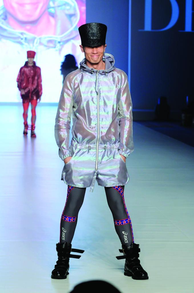 「香港·華麗秀」(時裝節)前晚在灣仔會展隆重登場 陳豪重操故業當模特兒,雖有10年未上天橋,但依然有型有款 鍾偉茵攝