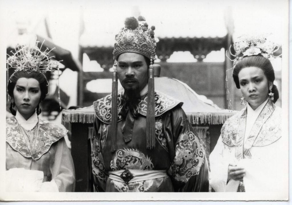 1985年劇集《鍾無艷》中,李龍基演的齊宣王一左一右有鍾無艷鄭裕和夏迎春陳秀珠兩位妃子。