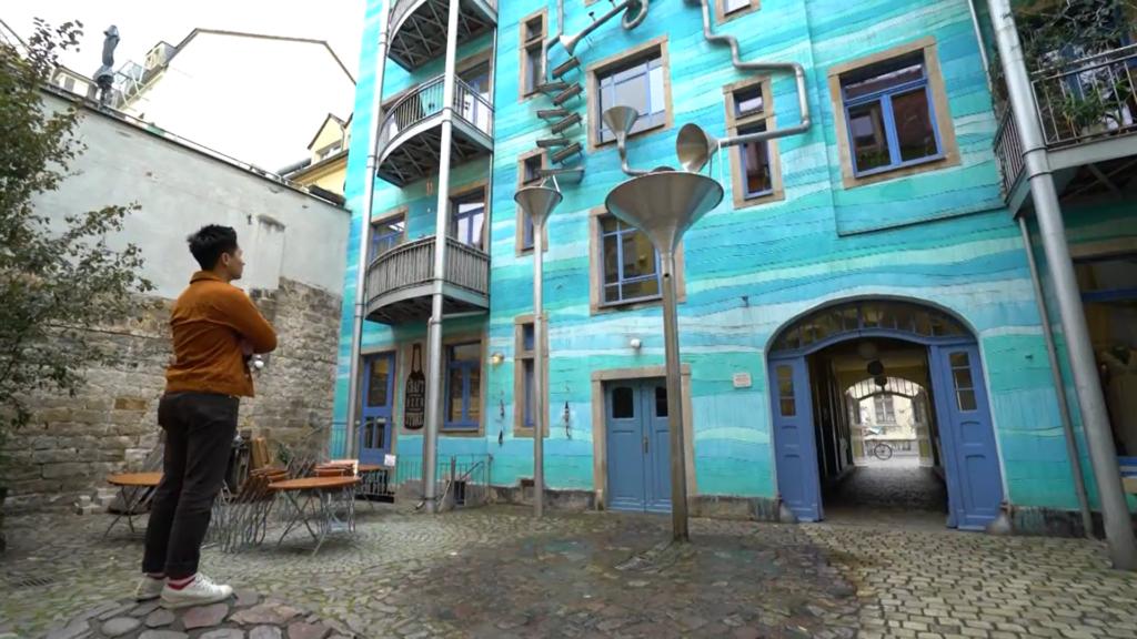 雕刻家 Annette Paul名為「光雨庭」的作品,以排水管來創造一個宛如<a href=