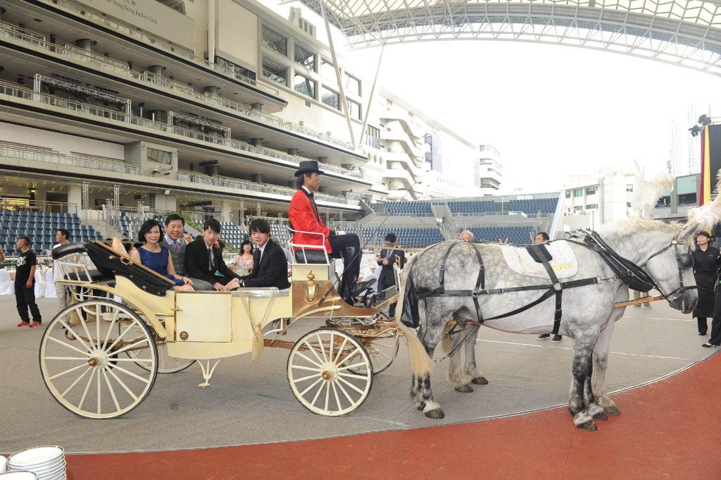 葉楚航在沙田馬會全天候亮相圈擺六十圍慶祝,沒有一個練馬師試過這樣做。祝捷晚宴特別設有馬車給出席嘉賓拍照留念,葉楚航在馬車上拍攝全家福。