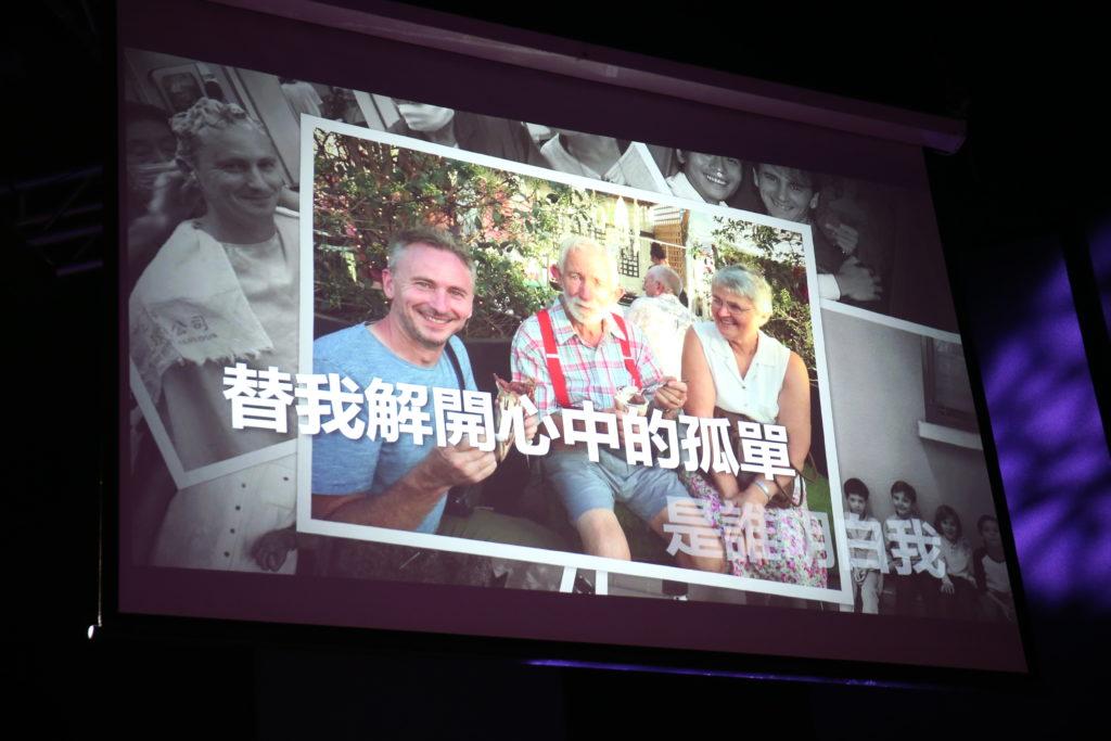 河國榮的父母年紀大未能來港支持,唱壓軸歌《朋友》一曲時,熒光幕上播出他與父母的合照。