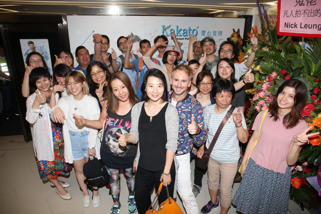 完成音樂會後,河國榮與等待他的fans合照。