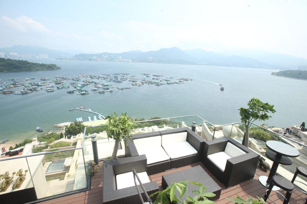 黎偉業的大屋位於大埔比華利山,吐露港無敵海景一覽無遺。