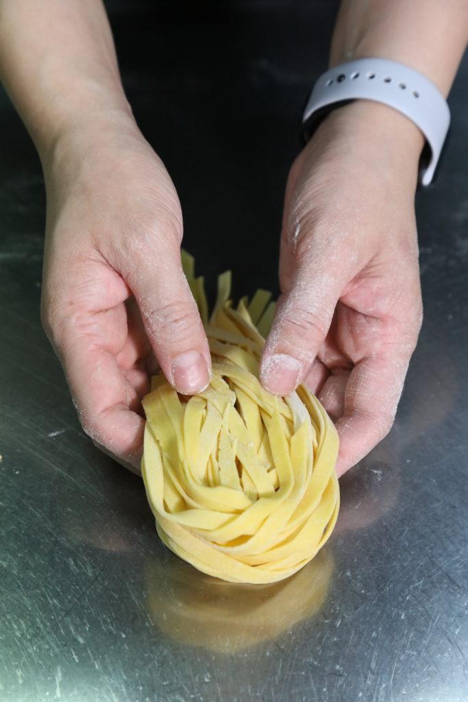 煮慣住家麵的阿芝堅持每碟意粉都即淥即炒,要做到口感煙韌(Al dente)的效果,每天賣完即止,確保食物新鮮。