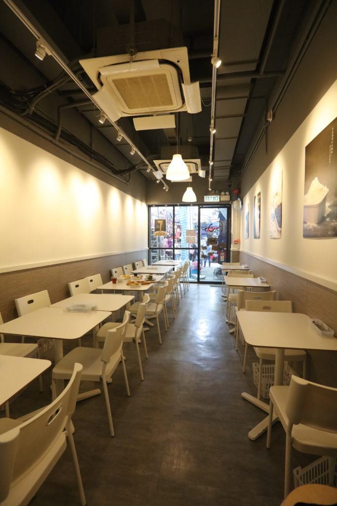 五百多呎的店面,裝修走簡潔無印風格,同時可容納廿四名客人。