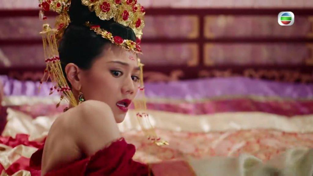 飾演「純熙」的周秀娜,被馬浚偉粗暴撕衫「洞房」,第一次在電視獻出「初夜」和露香肩。