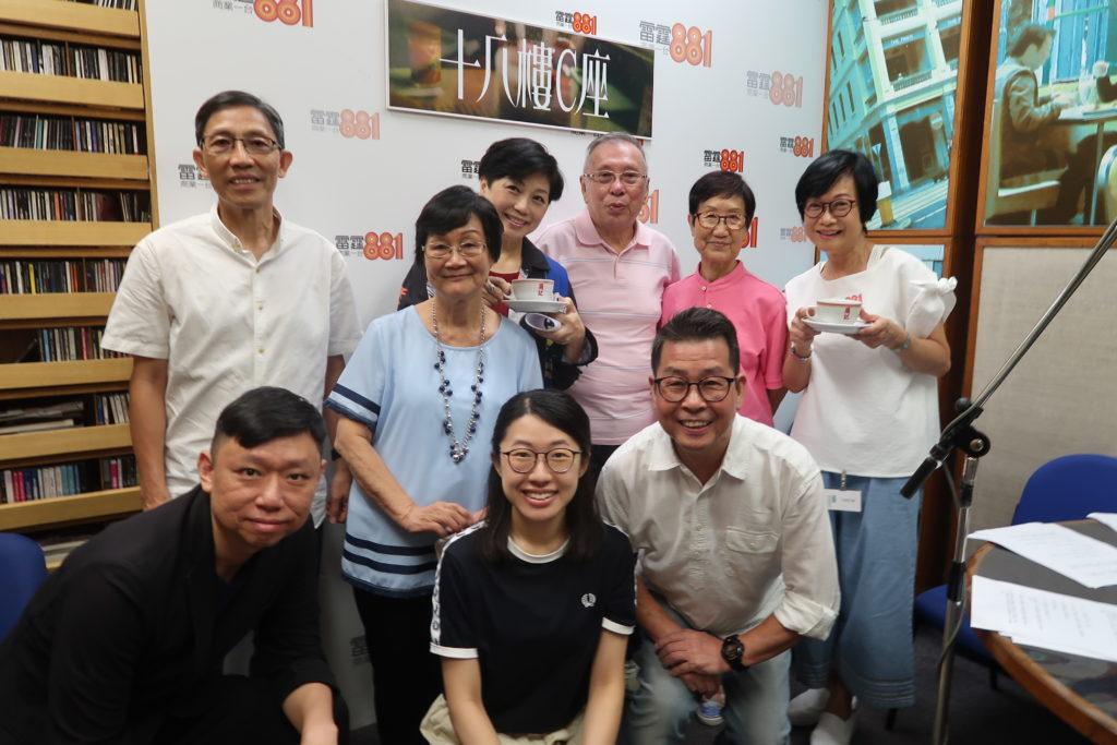 麥潔文為《十八樓C座》錄廣播劇,跟劇中演員(後左至右)何文光、陳慕賢、金剛、朱雪梅、黃嘉汶、(前左至右)陳聰、伍甄琪、李錦聚舊。