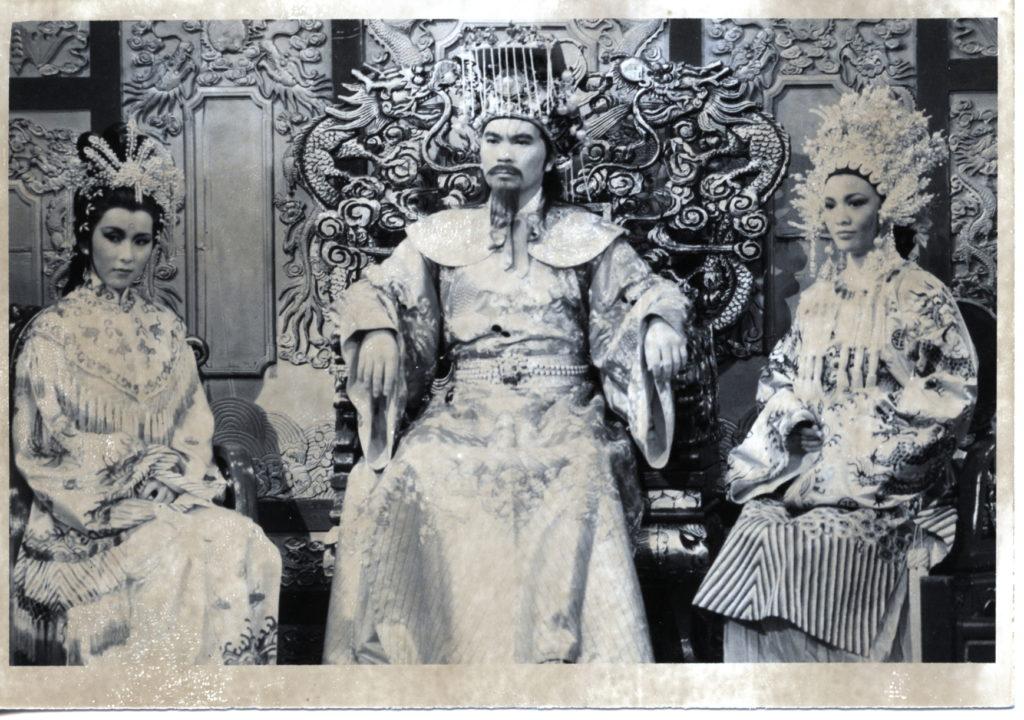 85年劇集《鍾無艷》,李龍基演昏君,身邊有妃子鍾無艷(鄭裕玲)和夏迎春(陳秀珠)。