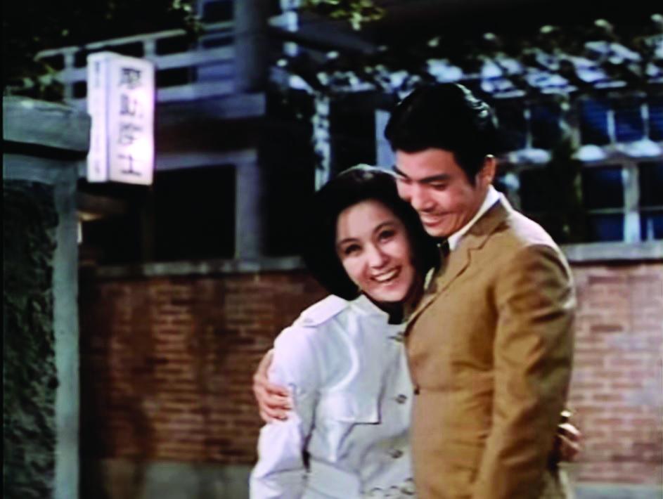青梅竹馬的鄰居男友王戎,受叔父影響,反對甄珍鬻歌。
