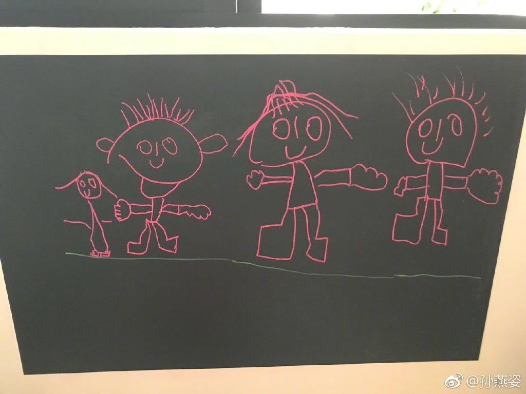 估計是孫燕姿大仔畫的圖畫,畫中三大一小火柴公仔應該是孫燕姿兩公婆和大仔自己及妹妹。