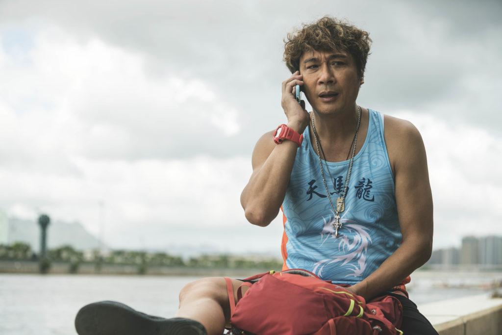 吳鎮宇因拍划龍舟戲受傷,物理治療師指他肌肉扭埋到痙攣一樣。
