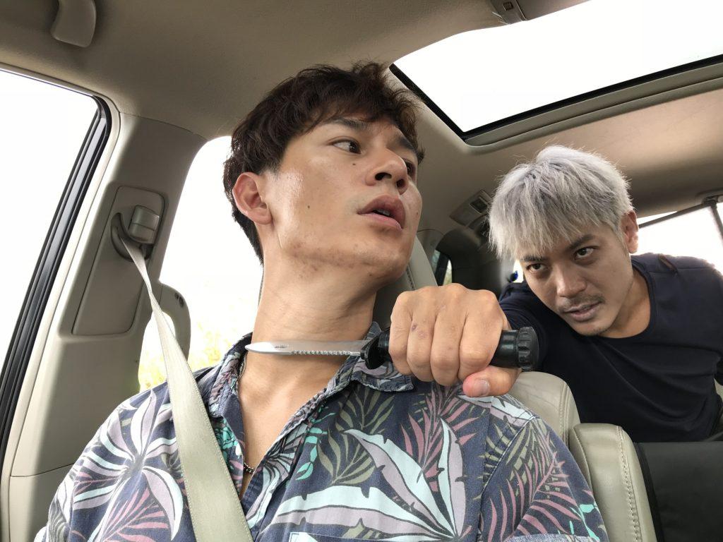 ViuTV新劇《Plan B》是一套警匪懸疑犯罪劇,陸駿光(右)漂染一頭白髮與同樣飾演社團中人的駱振偉演對手戲。