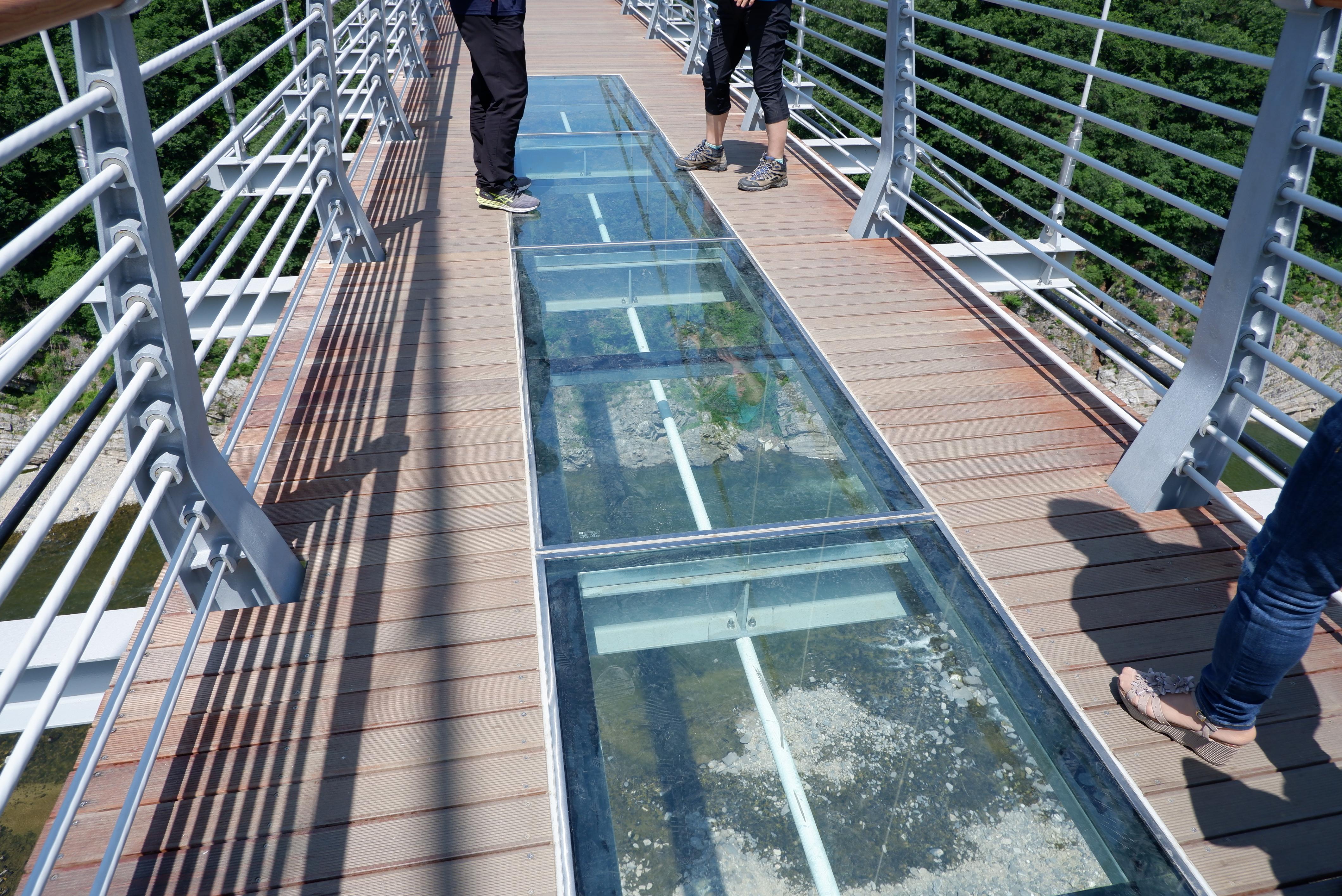 天空之橋上設有玻璃路段,你夠膽行嗎?