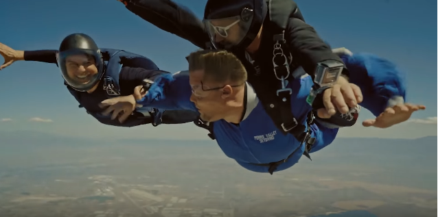 靚佬湯捉咗名嘴James Corden體驗新戲的跳傘場面