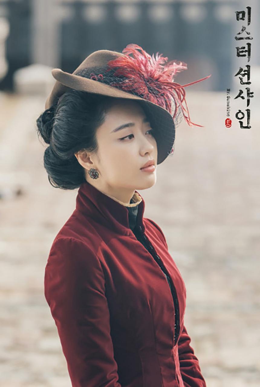 金玟廷飾演賣國賊之女,卻有着江湖俠氣。繼承去世丈夫的巨大遺產,經營着酒店,什麼人都可以踏進她的酒店,唯獨親爹不可。