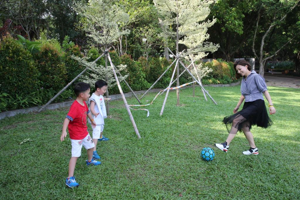 王殷廷一早已想生兩個小孩,希望他們有個伴,估不到是年紀只差一年,照顧上有點辛苦。