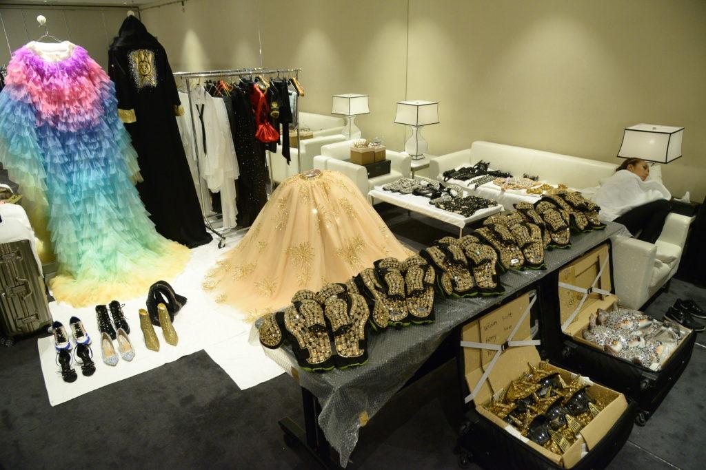 除了Karen的歌衫,連舞蹈員的衣服都是由國際品牌設計。