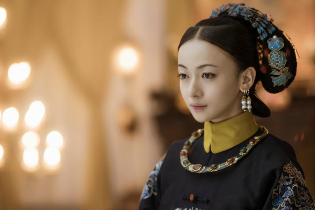 《延禧攻略》不但掀起追看熱,瓔珞吳謹言等妃嬪的「絳唇妝」和「莫蘭迪色」灰冷色系成為時尚熱潮。