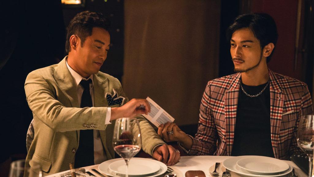 栢天男飾演的銀行主任,協助犯罪集團的譚耀文洗黑錢。