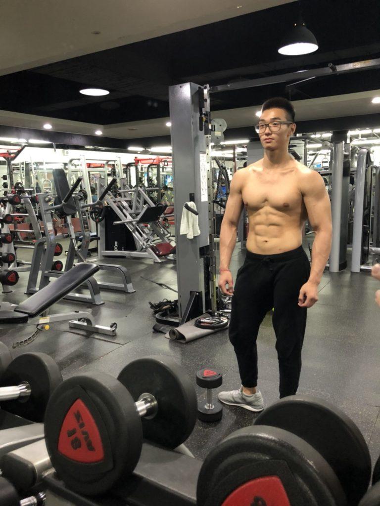 浩賢十六歲時體重達二百磅,性格內向又膽小,由肥仔變得一身肌肉,浩賢令家人和朋友刮目相看。