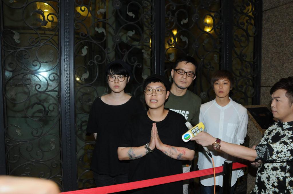黃耀明、何韻詩、林二汶及岑寧兒在盧凱彤生前居住的跑馬地大廈外會見傳媒