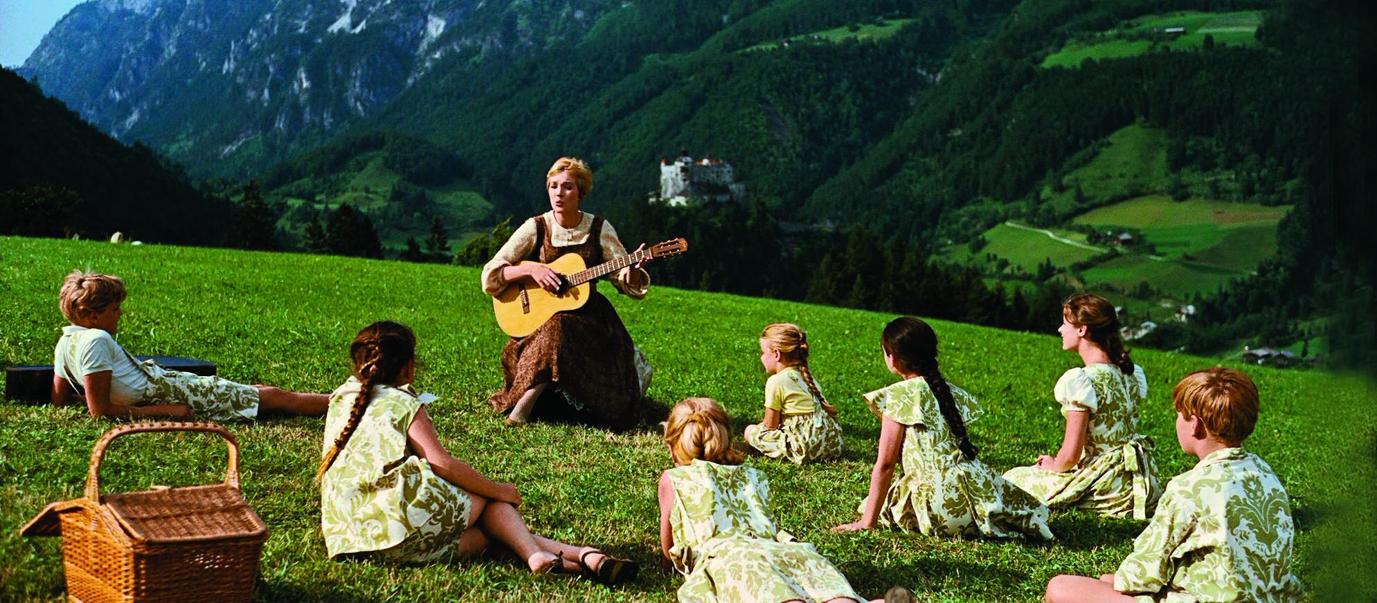 電影《仙樂飄飄處處聞》中,茱莉安德絲彈奏結他,七小福把音符當ABC一樣從頭學起。