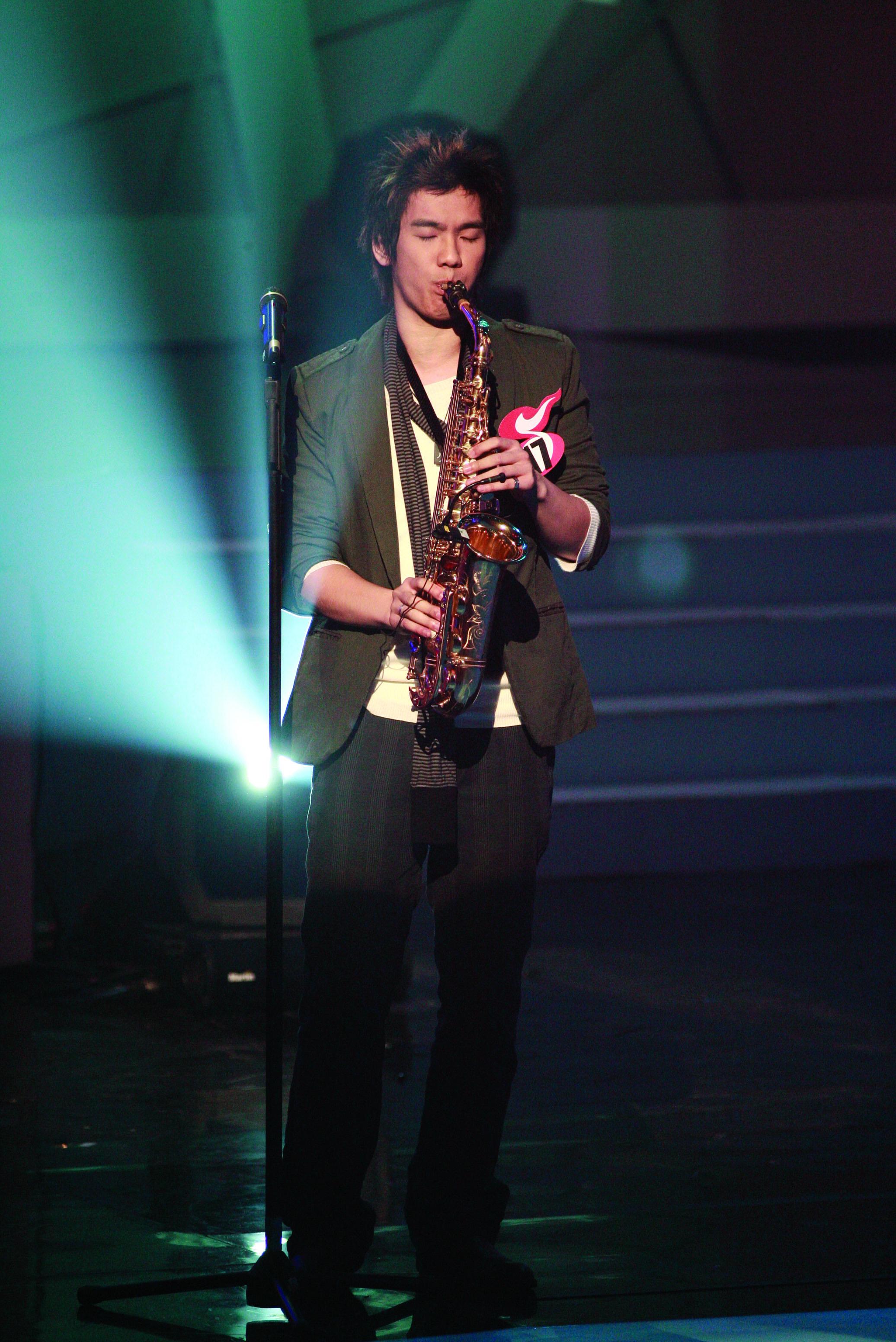 在溫哥華新秀大賽奪冠,然後返港參加《TVB全球華人新秀歌唱大賽》。