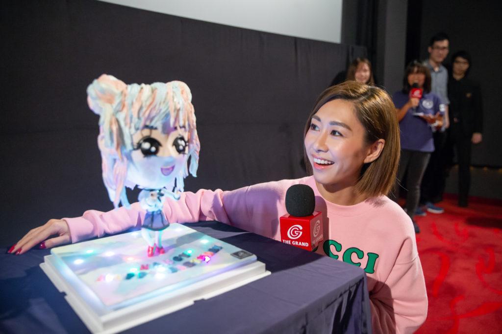影迷選了胡定欣在電影《逆流大叔》中的幻彩女僕造型來訂製生日蛋糕