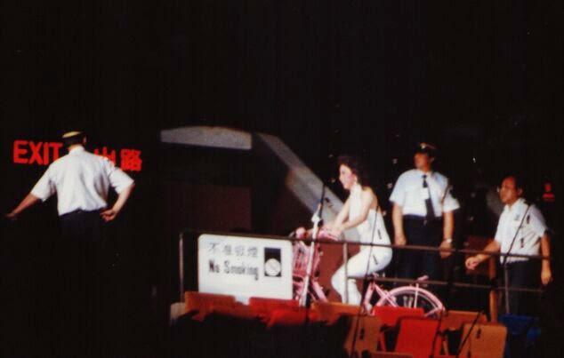 以前徐小鳳演唱會的一個創舉,她在觀眾通道踏單車出場。